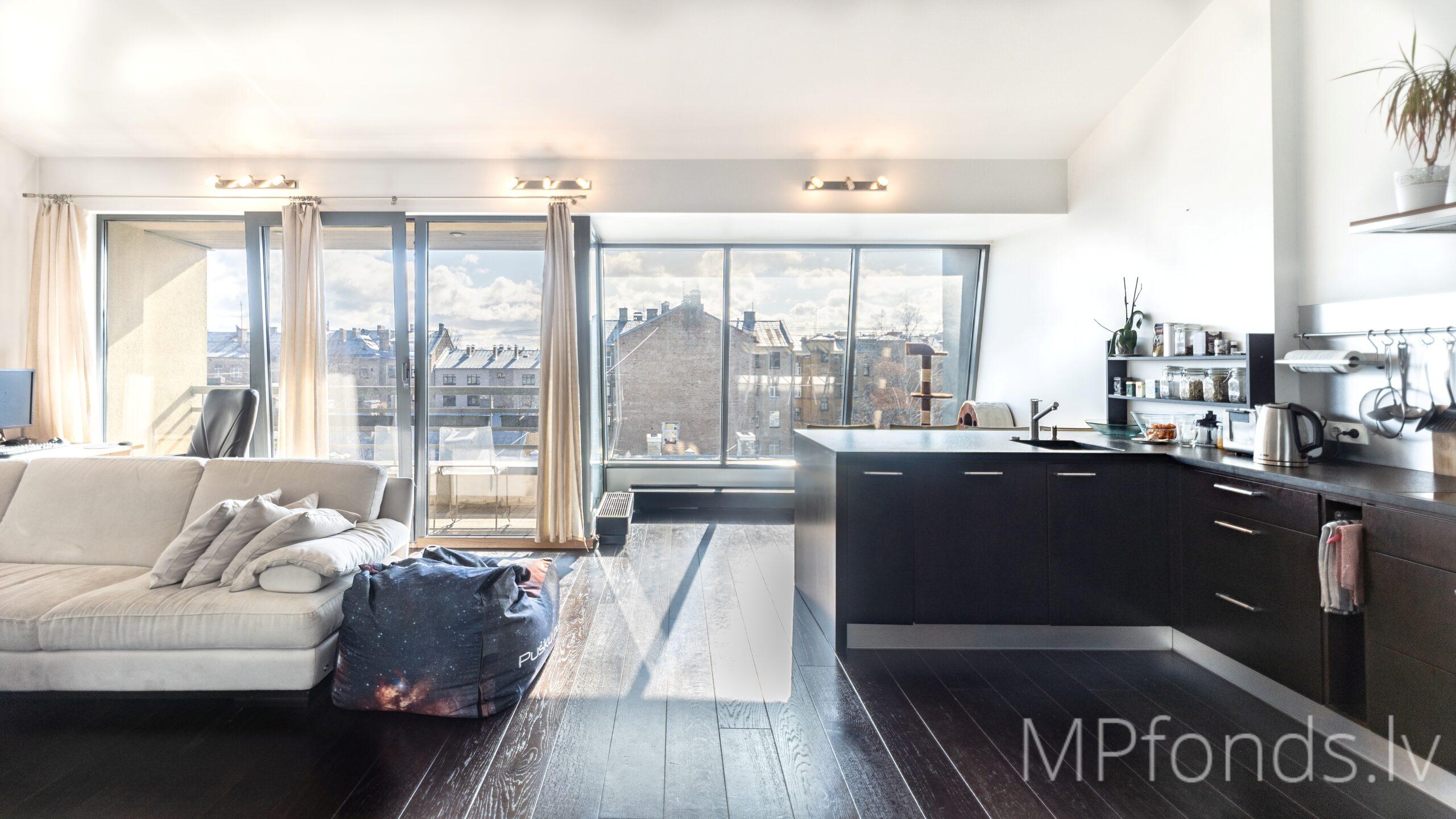 Pārdod, lielisks 3-istabu dzīvoklis Rīgas centrā, jaunā mājā ar iestiklotu saulainu terasi